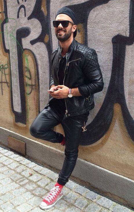 Comprar ropa de este look: https://lookastic.es/moda-hombre/looks/chaqueta-motera-camiseta-con-cuello-barco-pantalon-de-chandal-zapatillas-altas-gorra-inglesa-gafas-de-sol-reloj-calcetines/13333 — Gorra Inglesa Negra — Gafas de Sol Negras — Camiseta con Cuello Circular Negra — Chaqueta Motera de Cuero Acolchada Negra — Reloj de Lona de Rayas Horizontales Blanco y Rojo y Azul Marino — Pantalón de Chándal de Cuero Negro — Zapatillas Altas Rojas — Calcetines Rojos