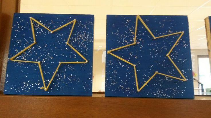 Kerstster op houten plankje. Schilder plank donkerblauw en bestrooi met zilver glitter. Als verf droog is de punten van de ster erop zetten. Sla een spijker op ieder punt. Zorg dat de spijkers goed stevig zitten. Span er dan geel draad omheen! En klaar is je kerstster.