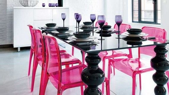 Arredare con il rosa la zona pranzo - Sedie rosa e tavolo nero per uno stile romantico