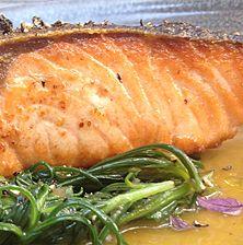 Ανέλπιστος συνδυασμός του λιπαρού σολομού με το υπόπικρο σταμναγκάθι και την υπόξινη σάλτσα πορτοκαλιού