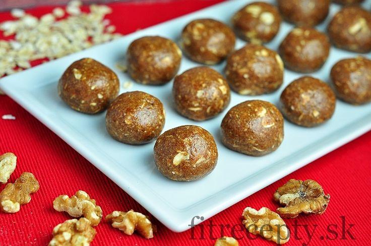 Ingrediencie (na 20 ks): 1 hrnček ovsených vločiek 1/2 hrnčeka (60g) proteínového prášku (dá sanahradiť ovsenými vločkami) 1/2 hrnčeka mandlí 3 PL medu 3 PL arašidového masla 1 PL škorice 1-2 PL vody Postup: Najskôr si v mixéri rozmixujeme ovsené vločky a orechy čo najviac najemno. Následne ich zmiešame so všetkými ostatnými ingredienciami (okrem vody). […]