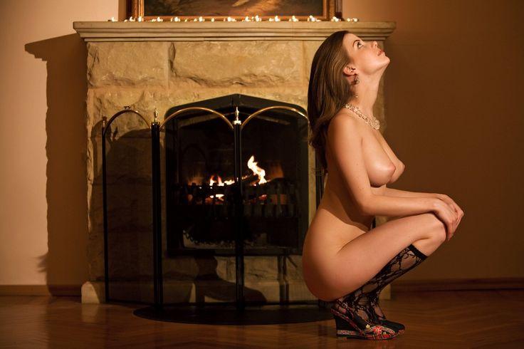 Шикарная девушка раздевается у камина 2 фотография