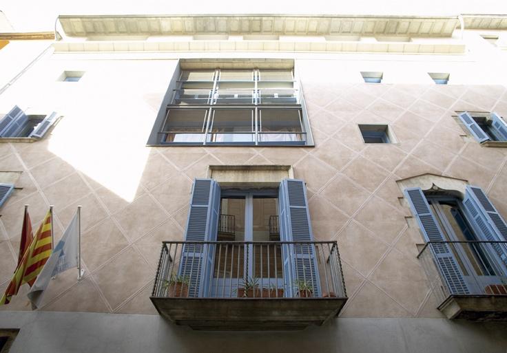 Cerverí de Girona - Girona. Situat al cor de la ciutat, a 100 metres de l'Ajuntament i de la Rambla i en ple barri vell. A 103 km de Barcelona, a 187 km de Tarragona i a 255 Km de Lleida.  L'alberg va ser inaugurat l'octubre de 1990, després de la important remodelació d'un edifici noble que donà com a resultat un espai acollidor i confortable.