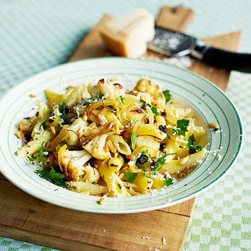 Wauw, dit gerecht met bloemkool en saffraan is echt heel erg lekker! Proef het echte Sicilie op je bord in dit Italiaanse pastagerecht vol pijnboompitten, pecorino en anjovis. Buon appetito!    1. Week de saffraandraadjes in 4 el kokend water.  ...