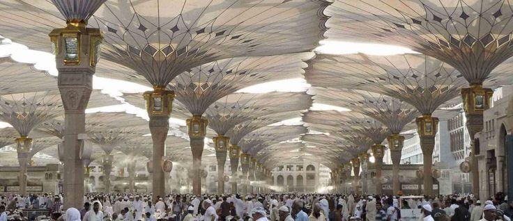Sombrinhas gigantes criam um novo micro-clima em praça na Arábia Saudita