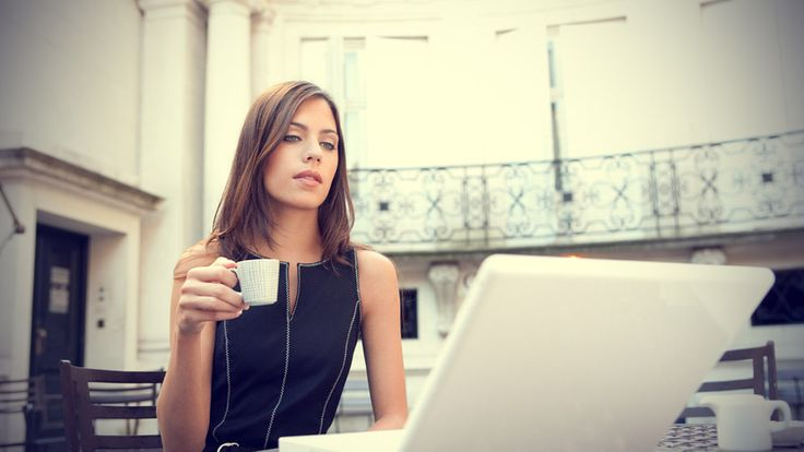 Young-attractive-businesswoman-sitting-in-a-luxurious-coffee-shop-terrace-with-her-laptop.jpg (892×502)