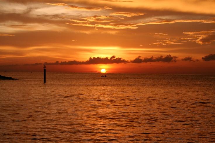 #Malaisie . Splendide coucher de soleil sur la côte Est, une côte de plages superbeset d'îles tropicales. Offrant paysages paradisiaques dans un monde de légendes. A tout cela s'ajoute la jungle de la péninsule, plus vieille forêt du monde, riche d'une gloire rarissime et d'une faune fascinante, royaume des aborigènes nomades.  http://vp.etr.im/81d8