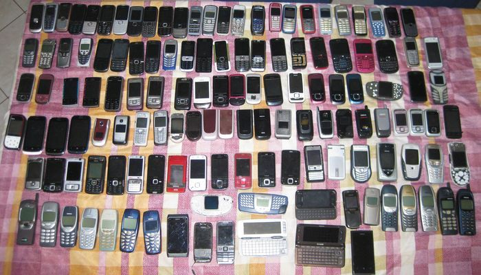Lot of 389 mobile phones branded Nokia, Motorola, Panasonic, Samsung, Lg, Sony Ericsson, Siemens, Blackberry. Private collection with mobile phones, almost all tested and working, many are new. Included in the lot, models like Nokia 8800, 8910 ,8850,  1100, 5510,3310, 7110, 5110 and more you can see in photos with market value reaching 1000 €. Or Motorola models like star tac, microtac, 3688 series and v50 and 51, these models with a market value as well. Sony ericsson T28 and T 20 series…