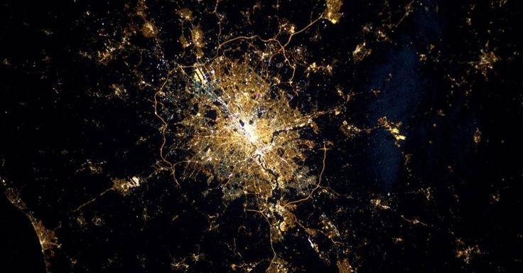 """A astronauta Samantha Cristoforetti postou em seu perfil no Twitter (@AstroSamantha) uma fotografia de Londres diretamente do espaço, da Estação Espacial Internacional (ISS, na sigla em inglês). """"Já postei outras imagens de Londres, mas a vista à noite é incrível"""", afirmou em um post na rede social"""