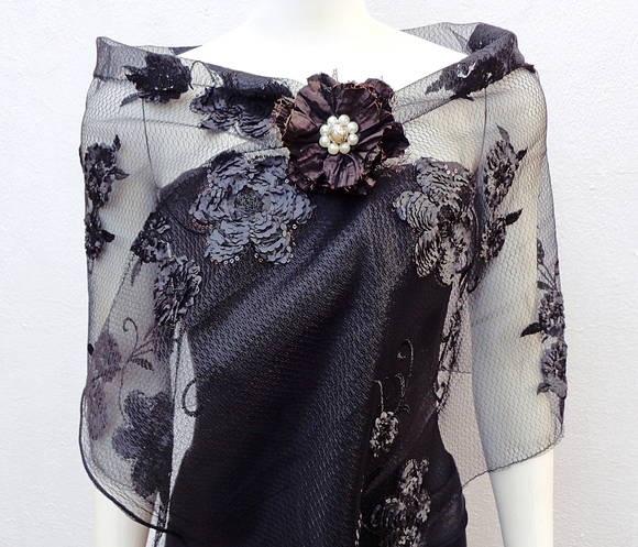 Xale retangular em tule negro bordado com flores em relêvo e pequenas lantejoulas.
