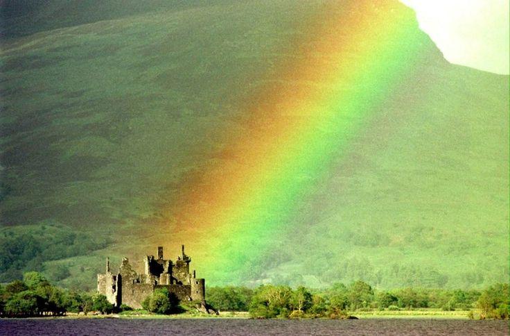 Nummer 1. Schotland. De ruïne van een kasteel nabij het meer Awe is maar een van de troeven van het land dat door de lezers van de Rough Gui...