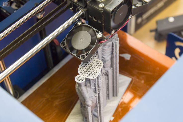Magyarország legnagyobb 3D nyomtató stúdiójában jártunk, ahol megismerkedhettünk a 3D nyomtatás technológiákkal