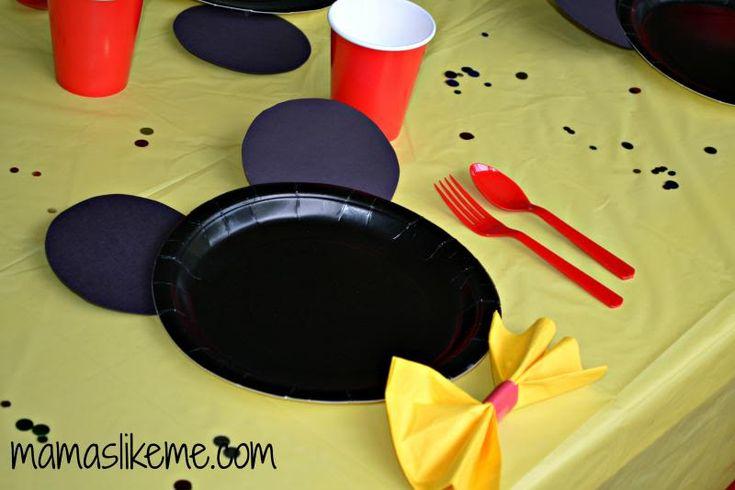 Plato desechable de Mickey Mouse de color negro decorado con círculos de cartulina negra. #FiestasInfatiles