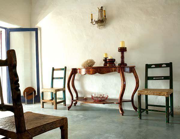 En el corazón de Formentera, con alma de artistas y un gusto estético que bebe de fuentes distintas -el Mediterráneo, la vía minimal y el chic barroco-, los propietarios han hecho de esta vieja casa...