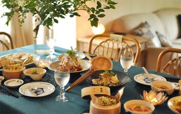お料理教室 ・ 夏ごはんの会 Vol.1のAコースは、 「定番中華をもっとおいしく」をテーマに 盛りだくさんな内容でお届けしています。 定番の中華料理が、ブルーグリーンのクロス使いで さらにモダンで涼しげな雰囲気になりました。 ・ ・ #お料理教室  #料理教室  #シノワズリ #シノワズリなテーブル #中華料理