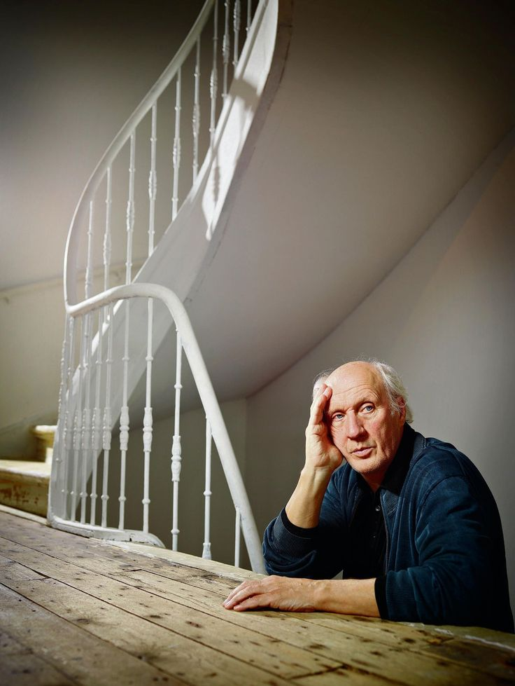 """Herman van Veen: De 'Cruijff van het cabaret' werd hij genoemd toen hij begon. In de roze villa op zijn landgoed in Soest kijkt Herman van Veen, 70, terug op zijn loopbaan en de gevolgen voor zijn leven. """"In Nederland ben ik nog steeds een buitenbeentje."""""""