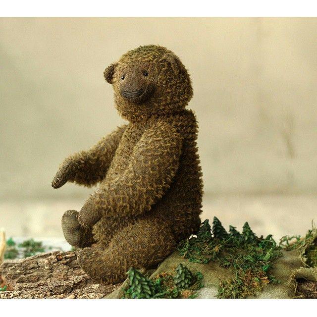 Мишка скачет на невидимой лошадке навстречу своим страхам.Да-да, именно навстречу! Потому что Мишка знает, что только так можно их победить и стать на невидимую ступеньку выше😏 Тык-дык, тык-дык, тык-дык... #мишкатедди #teddybear #teddybearartist #зеленый  #ясмогу