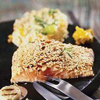 Skjær laksefileten i serveringsstykker. Bland ingrediensene til marinaden og fordel den over laksefileten. La ligg i 20 minutter. Rist sesamfrøene i tørr, varm...