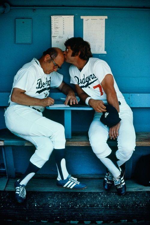 Il catcher dei Los Angeles Dodgers Steve Yeager bacia l'allenatore Monty Basgall prima di una partita nel 1978. Fotografia di Jodi Cobb, Nat...