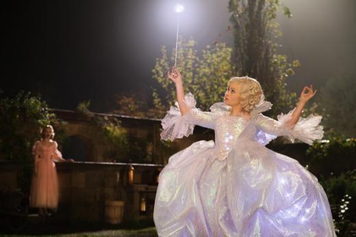 Magisch: Die gute Fee zaubert für Cinderella.