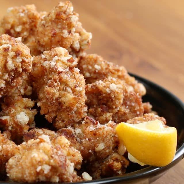 3〜4人分材料:A鶏もも肉(一口大)425gAおろししょうが 大さじ1Aにんにく(みじん切り) 1片分A酒 大さじ1Aしょうゆ 大さじ2A砂糖 小さじ2せんべい 2カップ片栗粉 1/2カップ溶き卵 3個分揚げ油塩レモン1.ボウルにAを入れてよく揉み込み、1時間以上漬け込む。2.せんべいを粗く砕いてボウルに入れておく。3.1を片栗粉、溶き卵、せんべいの順にくぐらせる。4.160℃の油で3を揚げる。鶏肉に火が通り、外側がカリカリになったら網の上などにあげ、油を切る。5.塩をふりかけ、レモンを添えたら、完成!