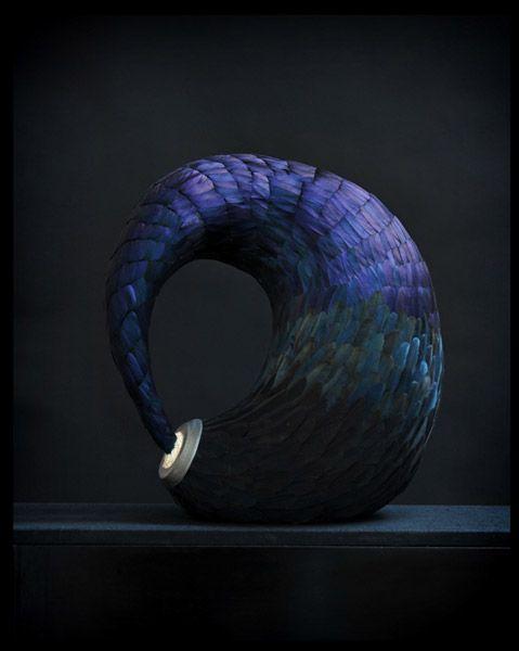 sculpture en plume ...Kate MccGwire