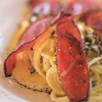 Spaghettis carbonara à la viande des Grisons et aux cèpes