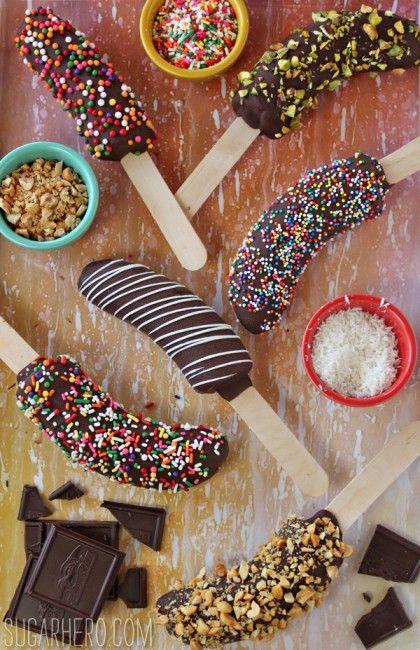 Skala banan och stick igenom glasspinnar. Lägg i frysen. Doppa i choklad och god topping!