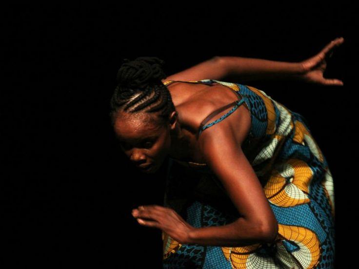"""O evento """"Pílulas de Cultura Feira Preta"""", que ocorre mensalmente no Centro Cultural SP, apresenta no domingo, 25, debate, performance de teatro, espetáculo de dança e exposição de telas."""