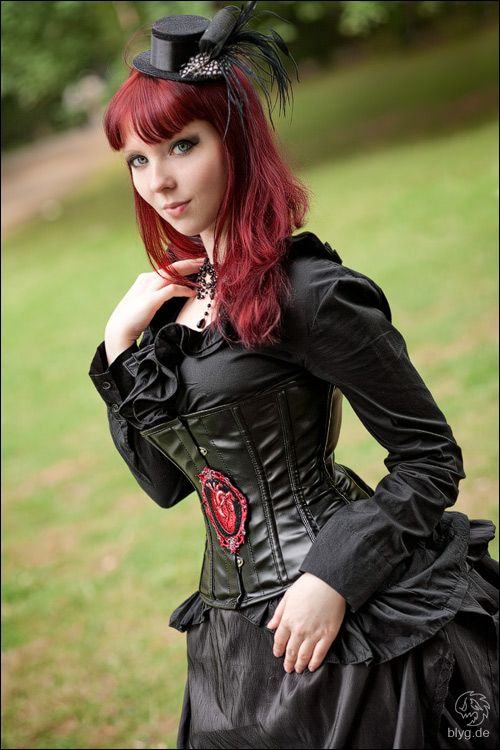 Love the black with touches of red in this #steampunk outfit - alternativepurple.tublr.com
