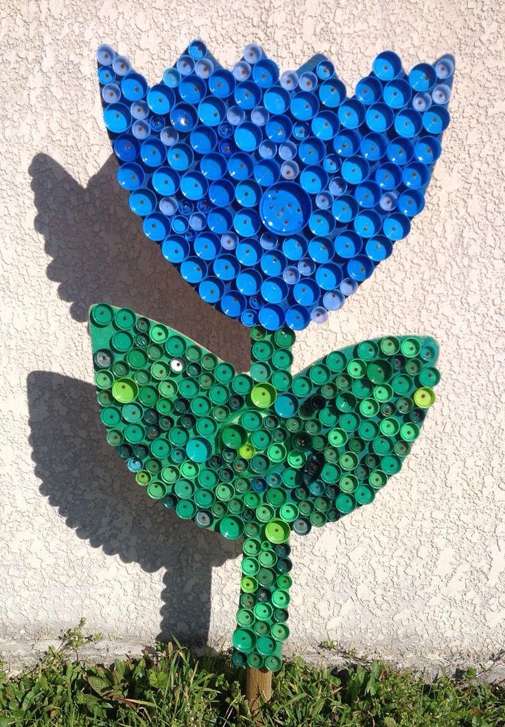 Encore une tulipe, Fleur en bouchons plastiques récupérés par les enfants