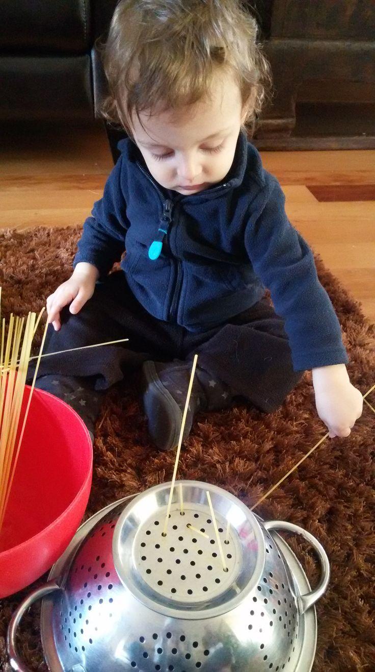 É uma atividade ótima para estimular a concentração, a motricidade fina e a coordenação olho-mão. Atividades Montessori.