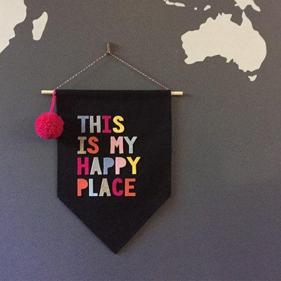 Este es mi banner de pared lugar feliz bandera pared negra, banderín colorido, brillante, fieltro, pompones