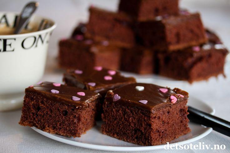 Nydelig sjokoladekake fra detsoteliv.no. En klar favoritt her i huset - supersaftig, med ett tykt lag fyldig sjokoladekrem, og både rask og enkel å hive sammen. Den er holdbar i flere dager, og blir bare bedre av å få stå, men det rekker vi sjelden å oppleve. Denne blir nemlig spist opp på ett blunk.