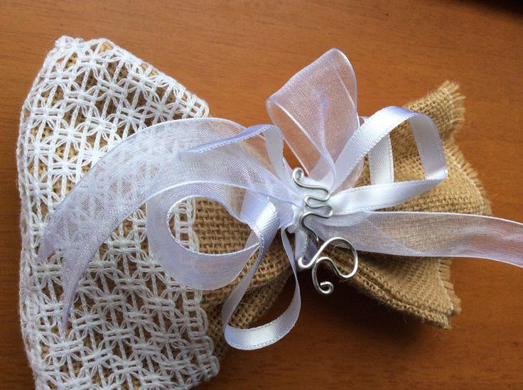 Sacchetti confetti con iniziali sposi realizzato da Vilma Milano