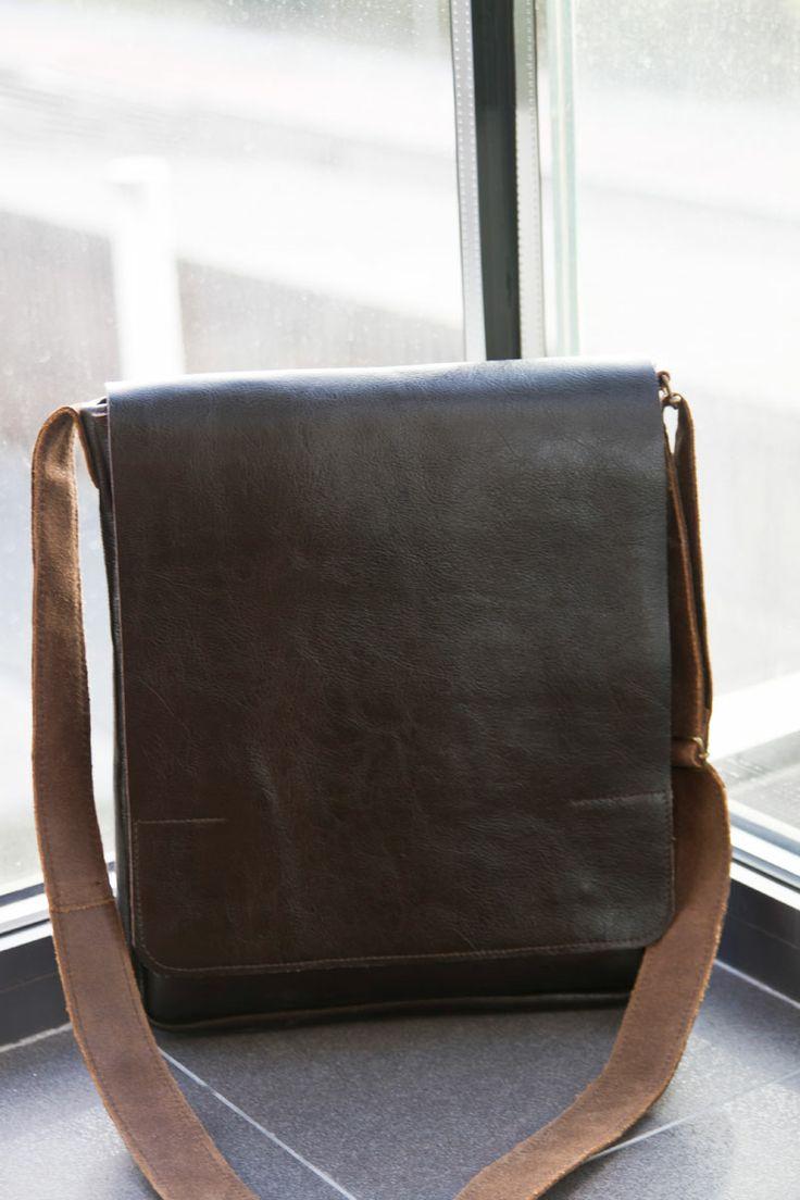 Torba na iPada z mocnej skóry. Wewnątrz usztywniana kieszeń, lniana podszewka. #MansFashion  #mansBag #bag #iPadAccessories #iPadbag #leather #leatherBag