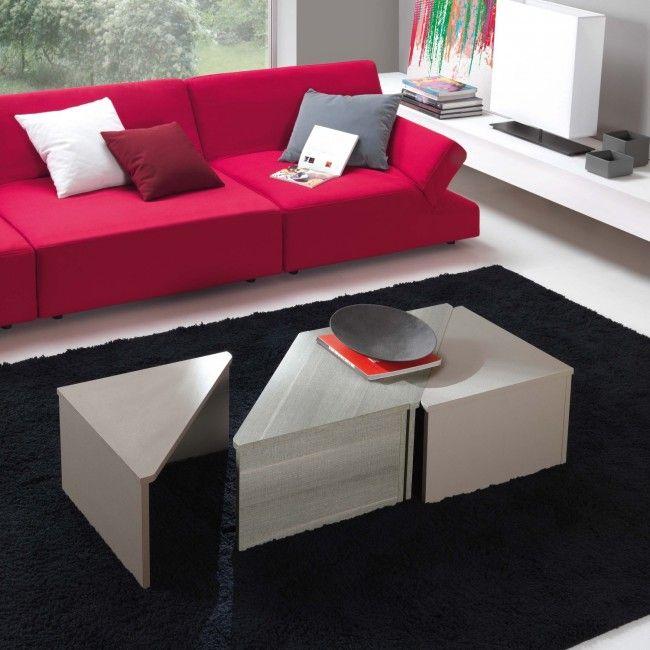 Tavolino triangolare da salotto da posizionare fronte o lato divano a seconda di gusti, spazi e necessità. Dona un tocco informale e moderno all'ambiente
