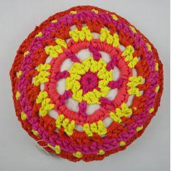 Recycling w najlepszej odsłonie! Wykonana ręcznie poducha Brazil z recycklingowej, bawełnianej przędzy oraz tkaniny bawełnianej. Wypełniona silikonowym, bardzo elastycznym puchem. Cudo w żywych barwach! Średnica ok. 48 cm, grubość ok. 22 cm