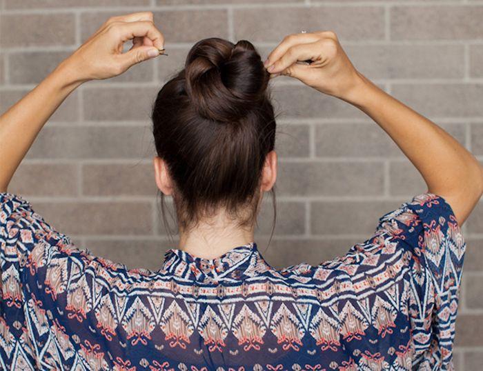 einfache frisuren für den alltag, haare hochstecken, dutt-frisur selber machen