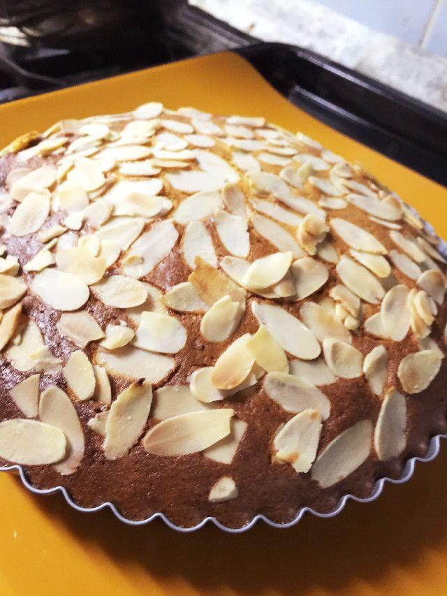 アーモンドプードル100%ケーキ            *つくれぽ たくさんありがとうございます   卵とアーモンドプードルだけなのにふんわり。どっしりケーキだけど、低糖質。    材料 (18㎝パイ皿) アーモンドプードル 200g 砂糖 150g 卵 4こ シナモン 適量 ラム 適量 アーモンドスライス 適量    作り方 1 オーブン180℃に予熱 2 分量のアーモンドプードルと砂糖をボウルに混ぜる 3 ときほぐしておいた卵を混ぜる 4 シナモン、ラム( バニラエッセンスでもOK )を混ぜる 5 パイ皿 ( 型はなんでもOK )に入れ、上にアーモンドスライスのせる 6   180℃で30〜40分ほど焼く