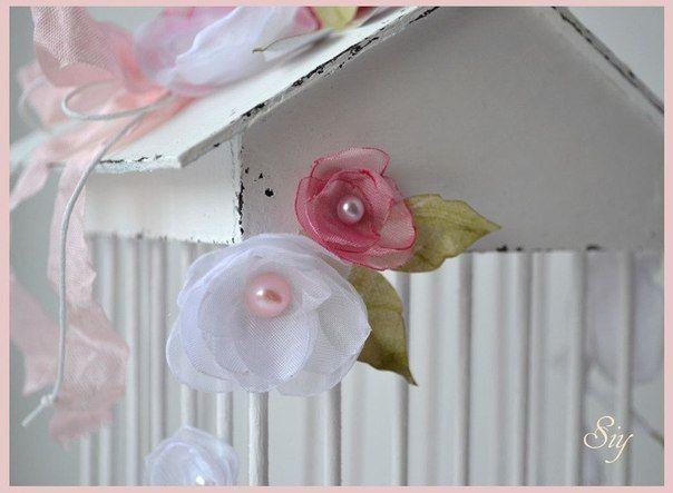 Сейчас  очень  модно  украшать  интерьер  или  использовать  в  качестве  реквизита  для  фотосессий  птичьи  клетки:)  Но  стоят  они  не  дёшево....