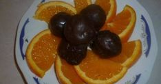 Εξαιρετική συνταγή για Σοκολατάκια με γέμιση πορτοκάλι. Να τι θα κάνουμε τις φλούδες απο τα πορτοκάλια που τρώμε! Θα τις μαζέψουμε και θα κάνουμε σοκολατάκια με γέμιση πορτοκάλι!! Λίγα μυστικά ακόμα Η συνταγή είναι για 1 κούπα πορτοκαλόφλουδες. Αν οι φλούδες πορτοκαλιού βγαίνουν 2 κούπες, τότε βαζουμε και 2 κουπες νερό και 2 ζάχαρη, (αν είναι 3, 3 ζάχαρη και 3 νερο κ.λ.π.)