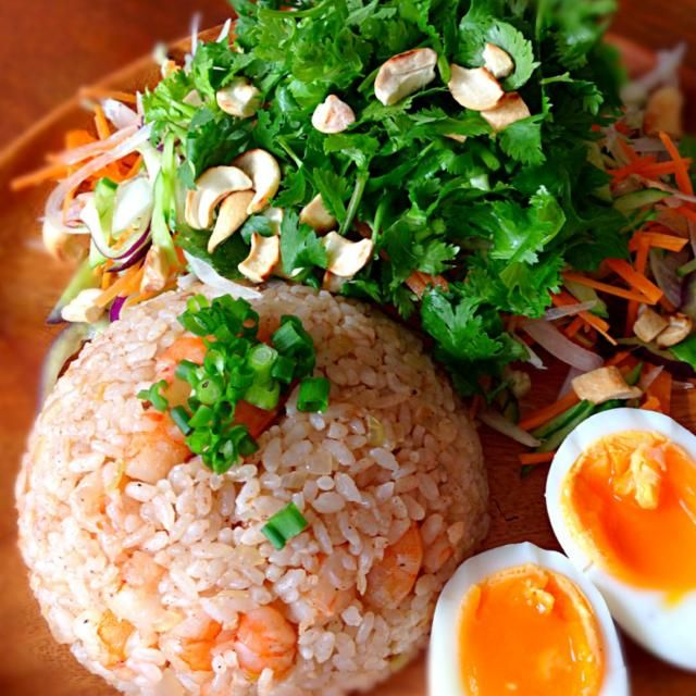 タイ料理で休日のランチです。 カピ(エビのペースト)でチャーハン✌️ 調理中は少々匂いますがおいしー パクチーたっぷりのサラダもナンプラードレッシングで - 236件のもぐもぐ - カピチャーハン & パクチーサラダ by acchi37