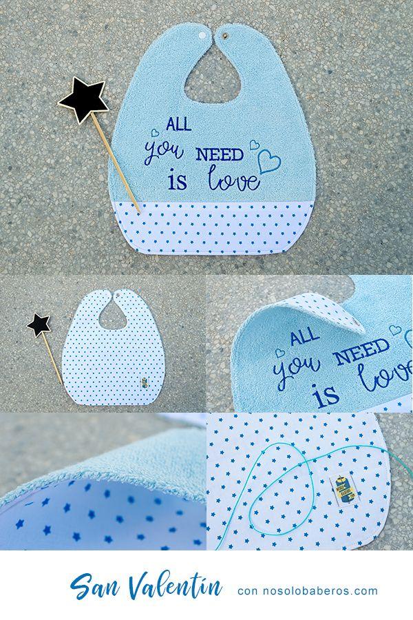 Os presento el babero frase de San Valentín, un regalo muy cuidado para tu bebé. Está hecho de rizo plastificado y bordado a máquina, combinado con tela de estrellas 100% algodón. Este babero está reforzado en todas sus costuras. Se puede personalizar, solo tienes que contactarme para los detalles, de texto y/o nombre. #nosolobaberos #baberoSanValentin #regalobebe #regalospersonalizados #azul #babero #hechoamano #resistente #original #guarderia