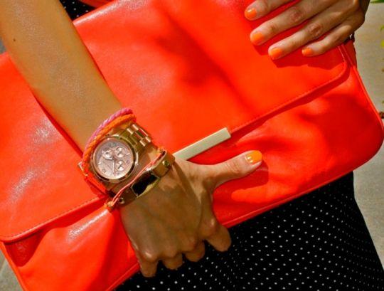 Модно: клатч-конверт.  http://www.domashniy.ru/article/moda-i-stil/aksessuary-modnye/modno_klatch-konvert.html