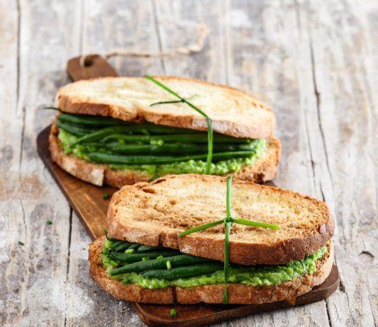 Sandwich biscottati con zucchine e fagiolini all'erba cipollina