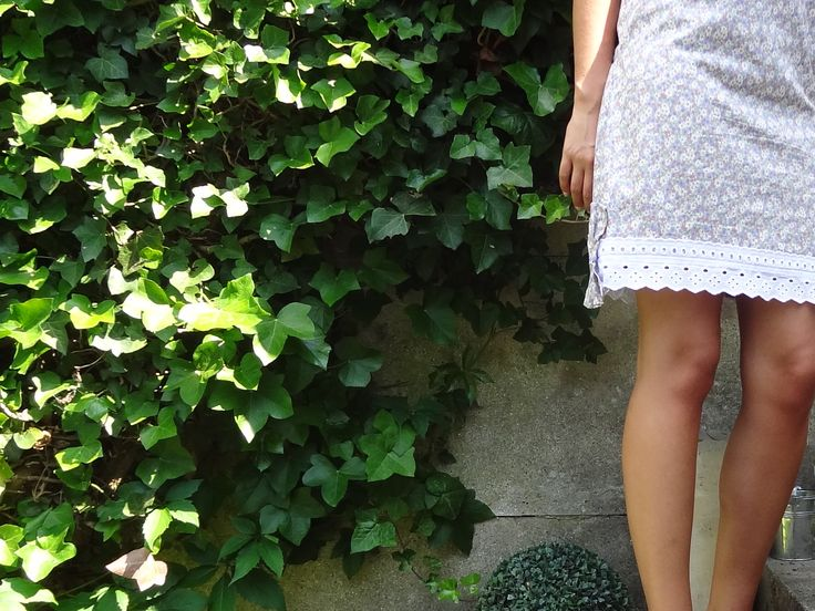 Bonjour, Je vous avais promis de partager avec vous mes autres versions de robes qui m'ont permis de forger mes débuts en tant que couturière. Rappelez vous je vous avais déjà montré mes modè…