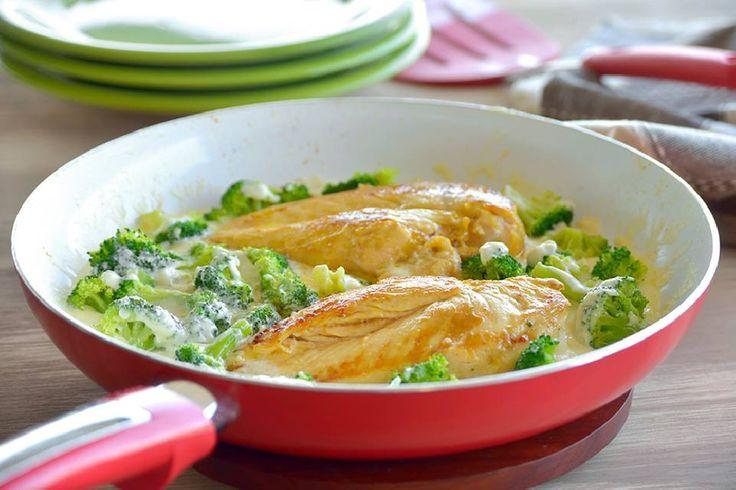 Precaliente el horno a 190º. Coloque el pollo en una sartén mediana (o cacerola) y añadir agua hasta cubrir. Ir subiendo el fuego de lento a fuego alto. Tape, reduzca el fuego a bajo y cocine a fuego lento hasta que el pollo esté bien cocido y ya no esté rosado en el centro, de 10 a 12 minutos. Escurrir y cortar en trozos pequeños. Caliente el aceite en una sartén grande antiadherente a fuego medio-alto. Añadir el puerro y la sal y cocine, revolviendo con frecuencia, hasta que estén suaves…