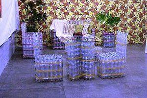 Muebles de terraza hechos con botellas pet. El plástico de las botellas pet puede tardar hasta 1000 años en degradarse.