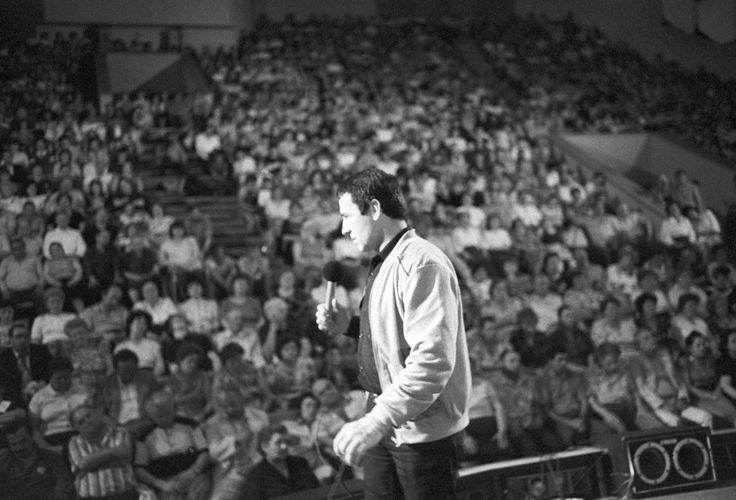 «Еслибы ястал президентом, люди целовалибы мои следы после моей смерти»: Дэвид Ремник— обАнатолии Кашпировском: фрагмент книги ораспаде СССР «Могила Ленина» — Meduza